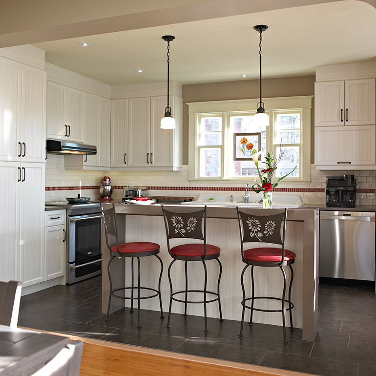 Transitional style kitchen with a quartz countertop