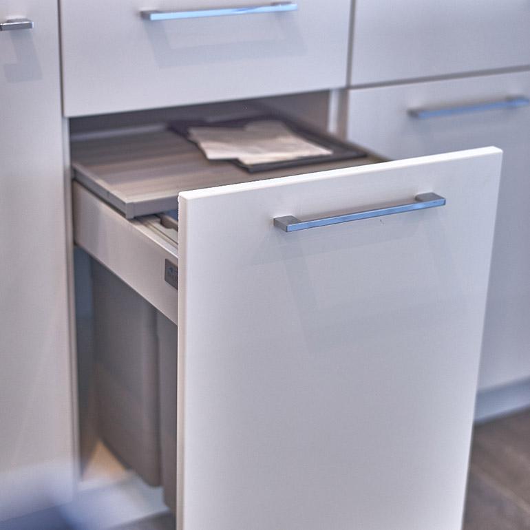 Systeme poubelle coulissante maison design - Poubelle de cuisine coulissante ...