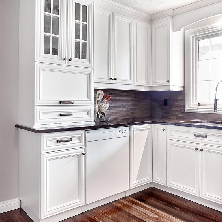 Cuisines beauregard cuisine r alisation 360 l gantes armoires de cuisine dans un d cor Cuisine classique en bois massif