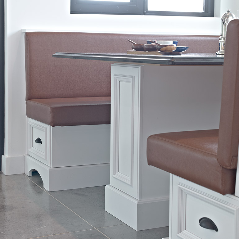 Cuisines Beauregard | Detail of the solid wood bench seat with granite table