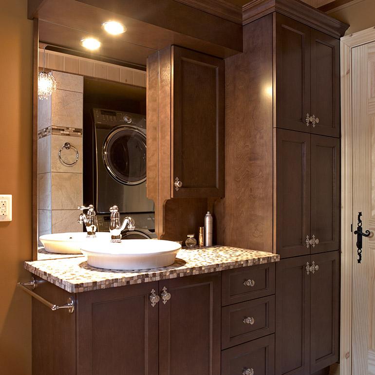 salle de bain avec armoires de bois massif et comptoir de ceramique