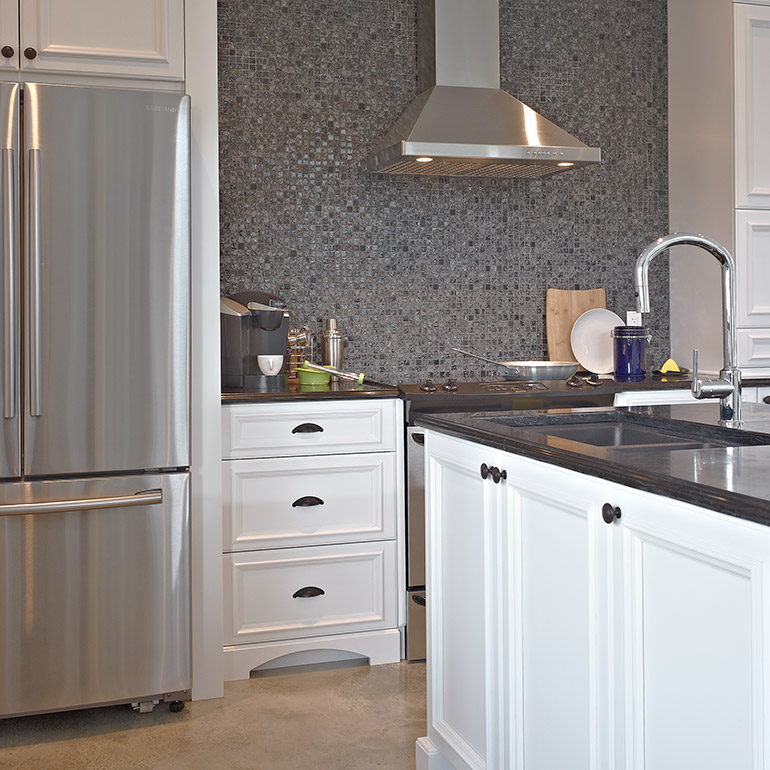 Cuisines Beauregard | Undermount sink in island, and cooking area, in a transitional-style kitchen